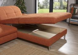 Nagy méretű ágyneműtartó az ülőfelület alatt