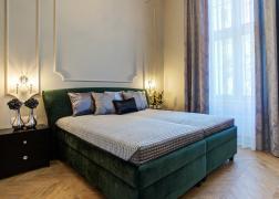 Gala ágy csodaszép zöld bársony szövettel egy polgári otthonban
