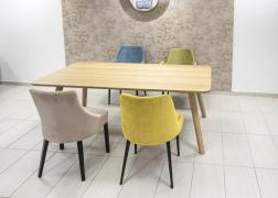 Malta tömör tölgy asztal a fotón elegáns székekkel