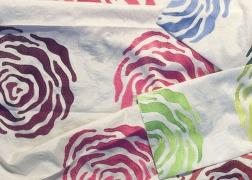 Színes hímzett virágmintás dekor anyag