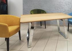 Male asztal színes Patkó fotelekkel