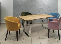 A színes székek nagyon jól mutatnak körülötte