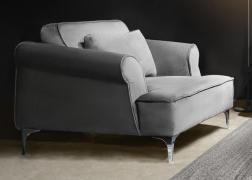 A karfákon, az ülőfelületen és a hátpárnákon kéderes varrással