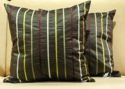 Olajzöld párnák vidám csíkokkal 50x50 cm - 7.000 Ft