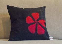 Fekete valódi bőr párna selyem virágdísszel 45x45 cm - 15.000 Ft