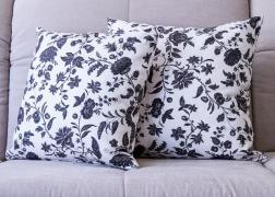 Fekete-fehér virágos párna 45x45 és 50x50 cm, 5.000 - 5.500 Ft