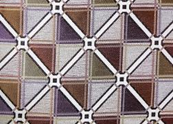Diagonal-Lila kollekciónk geometrikus, merész minták és színek játékával hódít.