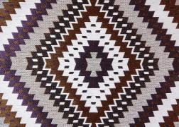 Indian-Lila kollekciónk geometrikus, merész minták és színek játékával hódít.