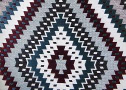 Indian-Turkiz kollekciónk geometrikus, merész minták és színek játékával hódít.